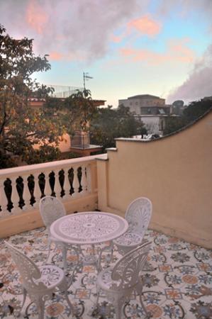 هوتل سانت أجاتا: Blick auf die Terrasse vom Zimmer bei Sonnenaufgang 