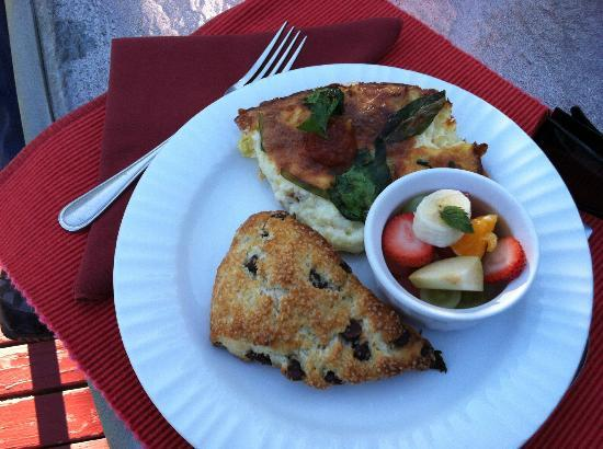 Castle Valley Inn: Crustless quiche, fresh fruit and scrumptious scones