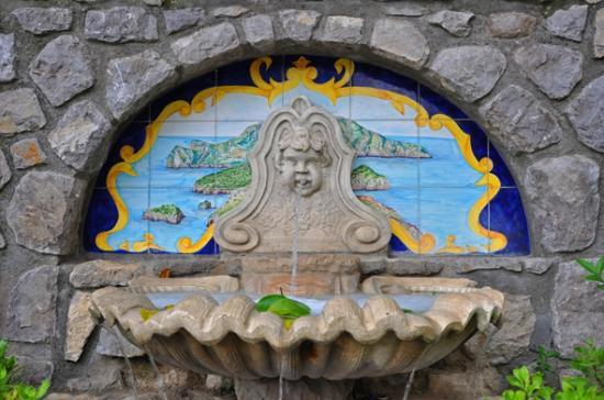 هوتل سانت أجاتا: Ein Brunnen am Eingang des Hotesl 
