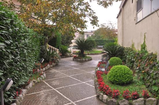 Hotel Sant'Agata: Der Hotelgarten mit vielen Bänken
