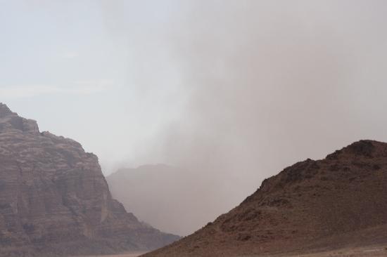 Wadi Rum Adventures: Kleiner Sandsturm im Wadi Rum.