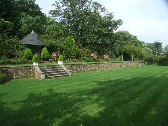 Falcon Hotel: Hotel garden