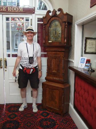 Falcon Hotel: Hotel reception - love the grandfather clock!