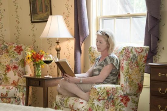 Deerfield Inn: comfy reading chairs