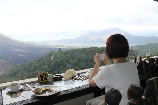 Putu Bali Driver Private Day Tour: lunch with a stunning view of the volcano and lake