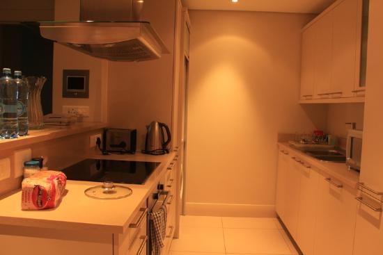 V & A Marina Waterfront Accommodation: Kitchen