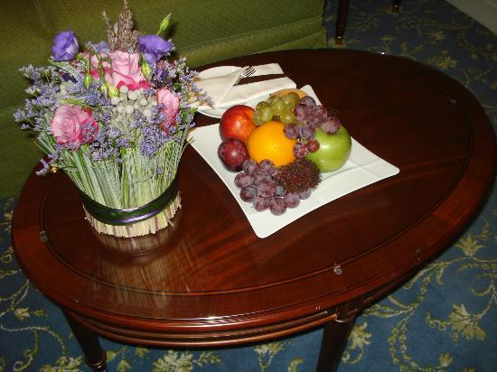 Fairmont Grand Hotel Kyiv: fruit bowl and flowers imake the room look so good