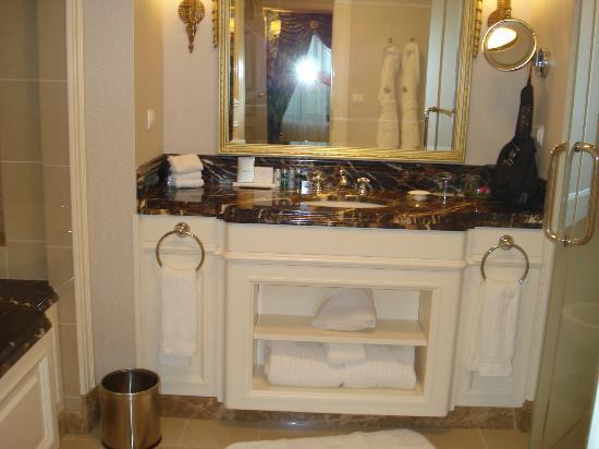 Fairmont Grand Hotel Kyiv: bathroom