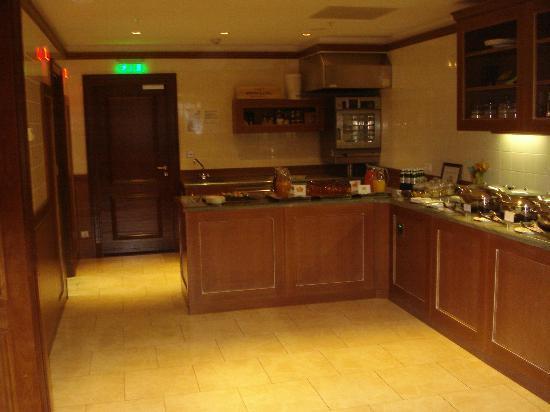 Fairmont Grand Hotel Kyiv: gold lounge breakfastv hot choices