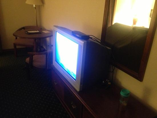 Comfort Inn & Suites: large TV - coffee pot missing
