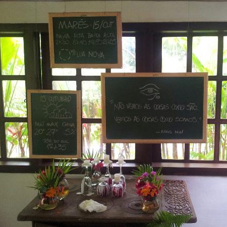 Pousada Jacaranda: Cafe da manha com frase do dia, tabua de mare e previsao do tempo.