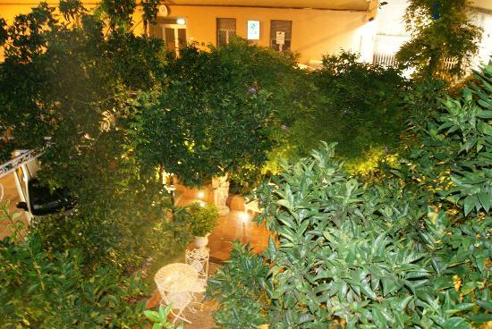 Hotel Villa Luisa : Площадка, где стоит джакузи и столики со стульями