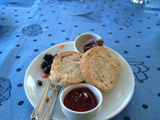 Hotel Grenadine Lodge: Homemade jams olives, fresh bread,....
