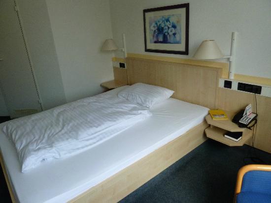 InterCity Hotel Rostock: bed + duvet
