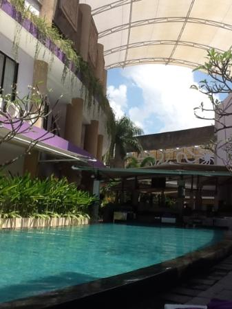 Kuta Central Park Hotel: the pool and bar