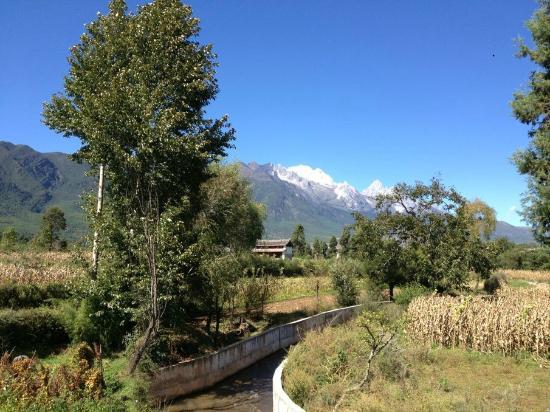 Baisha Holiday Resort Lijiang: Snow Mountain View from the resort