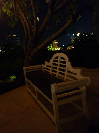 โรงแรมแกรน มาฮากัม: nice place to sit down and relax, with Jakarta city as backdrop