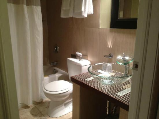 Quality Hotel Fallsview Cascade: Nice and clean bathroom