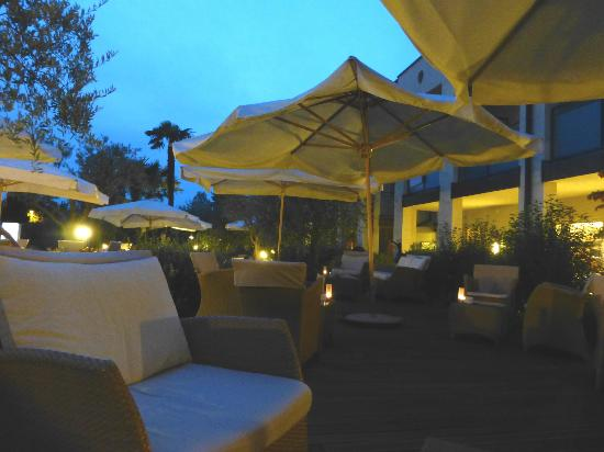 Ristorante Benacus: Enjoy a drink outside in the gardens