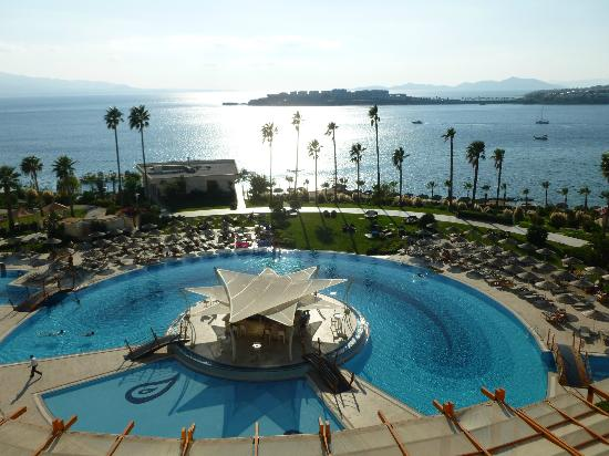 Kefaluka Resort: Pool and sea view from lobby bar