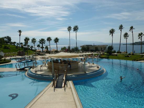Kefaluka Resort: Pool bar seen from buffet restaurant