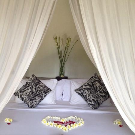 KajaNe Mua Private Villa & Mansion : Nosso quarto com decoração de boas vindas