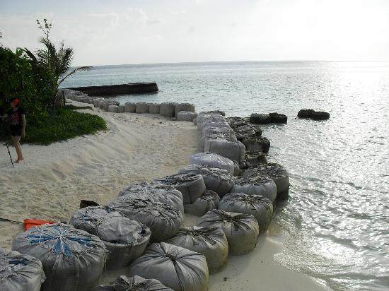 Bodu Hithi Island: Wer möchte das vor der Tür haben? gibt noch schlimmere Abschitte