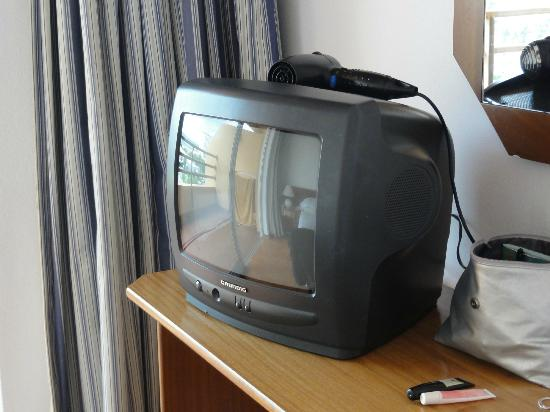 Dom Pedro Portobelo: Dated TV in Bedroom
