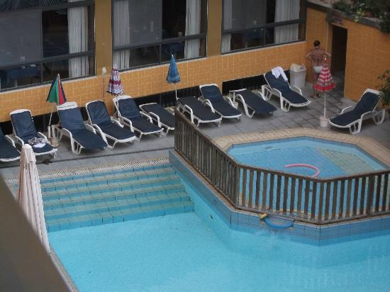 Bella Vista Hotel: if you look near the kids pool you can see the dirt in pool