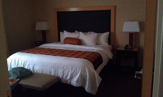 SpringHill Suites Minneapolis-St. Paul Airport: Comfortable bed and nice size sleeping room