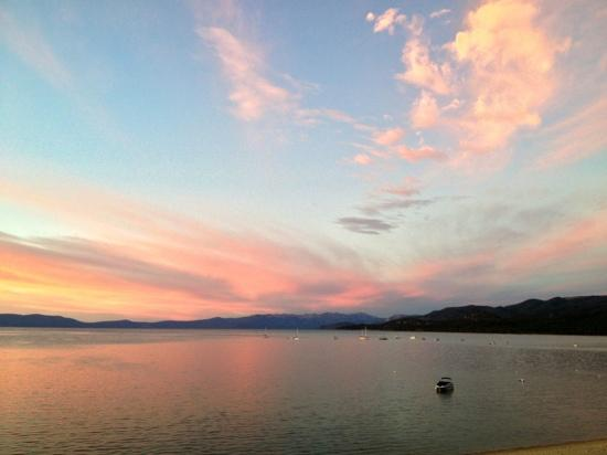 Tahoe Lakeshore Lodge and Spa : Sunset view from room