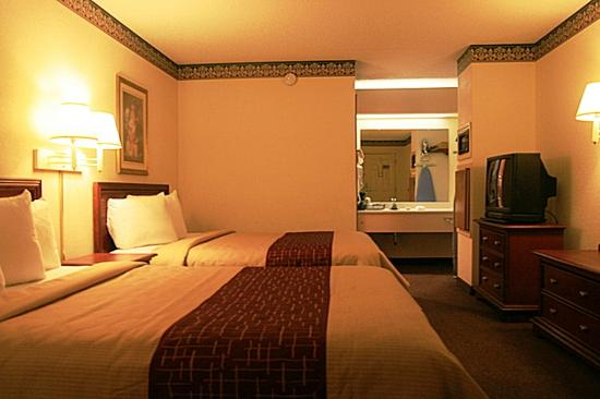 Regency Inn & Suites: Deluxe 2 Bed Room