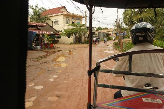 Siem Reap Garden Inn: Road from hotel to the main road