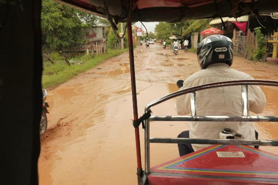 Siem Reap Garden Inn: bumpy & muddy if rain. No street light at night