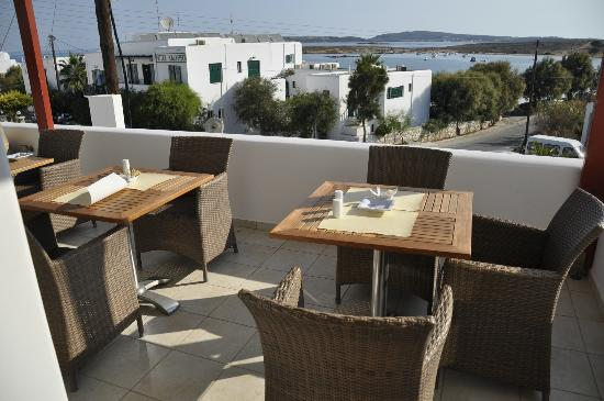 Stelia Mare Boutique Hotel: Outside breakfast tables overlooking sea