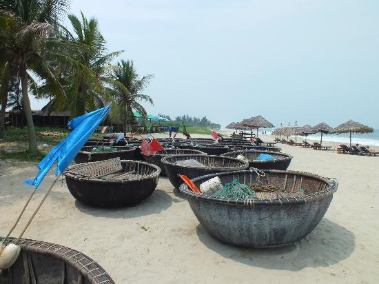 Cua Dai Beach: TRADITIONAL FISHING BOATS..!