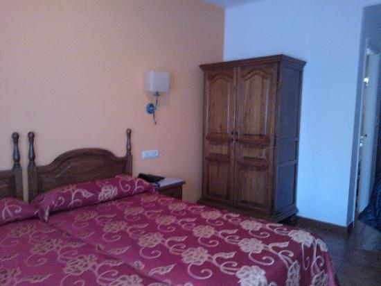 Hotel Amandi: Habitación con el armario