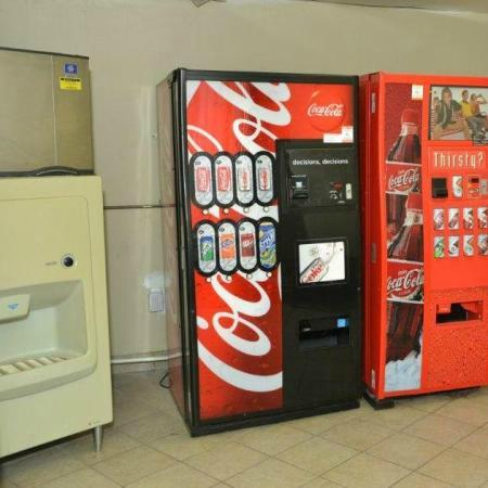 Ivory Tower Motor Inn Greenbrook: Ice and Vending Machines