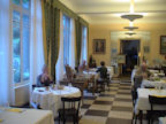Hotel Des Pins: The Dining Room