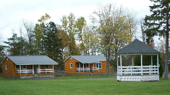 Rip Van Winkle Motel: cabins and gazebo
