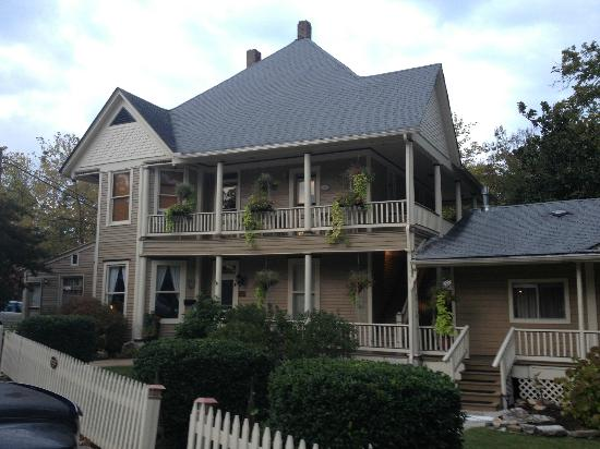 Heartstone Inn and Cottages: Lots of porches and decks