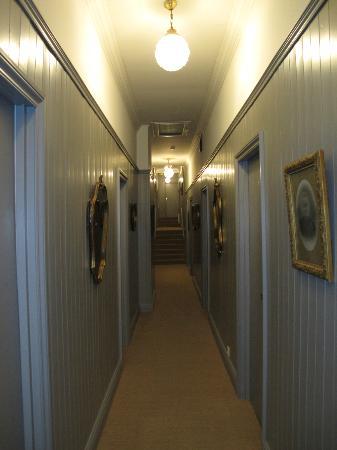 Hotel des Pins : couloir rdc