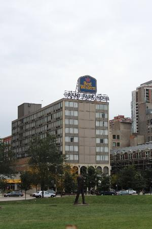 BEST WESTERN Grant Park Hotel: hotel from Grant Park