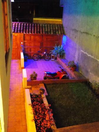 El Meson de las Tablas: Vista nocturna del patio / Night view of the courtyard