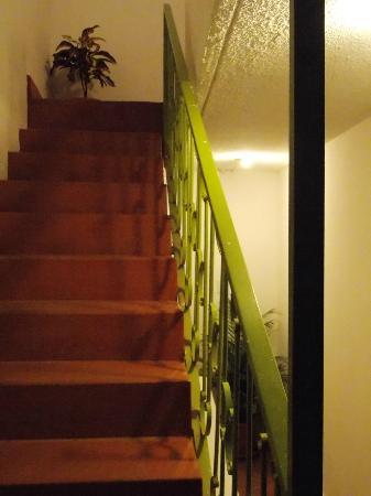 El Meson de las Tablas: Acceso a tercer piso / Third floor access