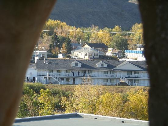 Travelodge Drumheller AB: View of hotel from mouth of the Big Dinasaur!