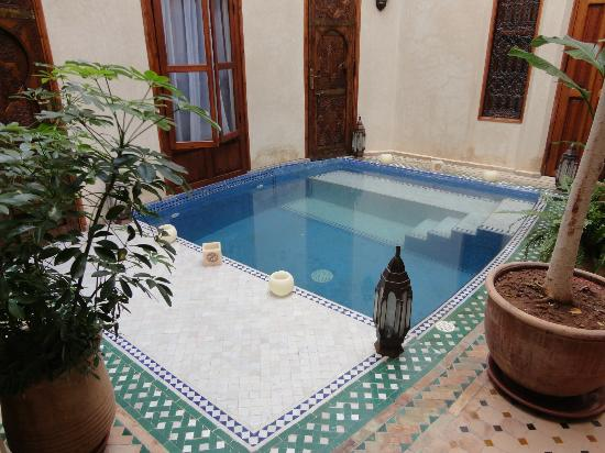 La entrada con peque a piscina picture of riad de la for Entrada piscina