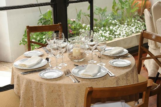 Restaurante Don Salvador: Nuestro Jardin con Fuente de Agua