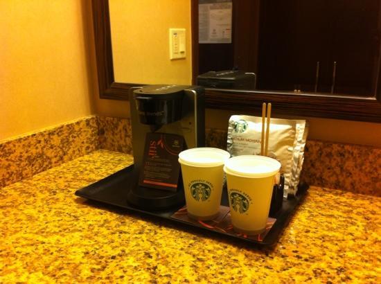 Sheraton Albuquerque Uptown: Coffee maker and powder room