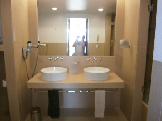Sao Rafael Suites: Main Bathroom with His/Her sinks, bath shower, wc and bidet